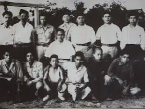 Kinjo Sensei (detrás a la derecha) con su profesor y sus senpais