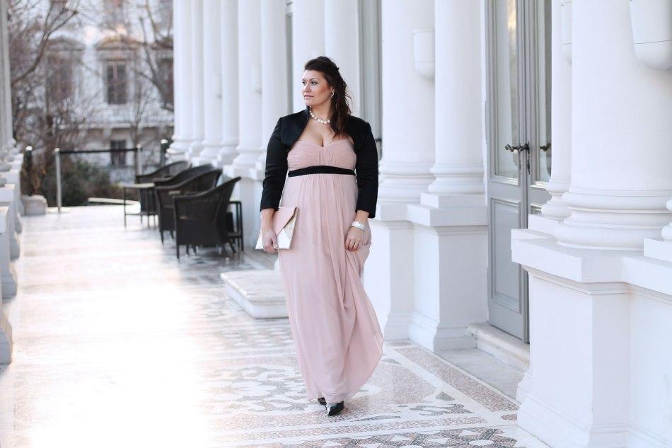 ballsaison-ballkleid-farbe-rose-nude-schwarzer-bolero-lackpumps-kardiaserena-plussize-blogger-fashion-outfit