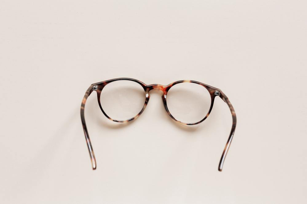 stylish eyeglasses, round lenses with tortoiseshell frames