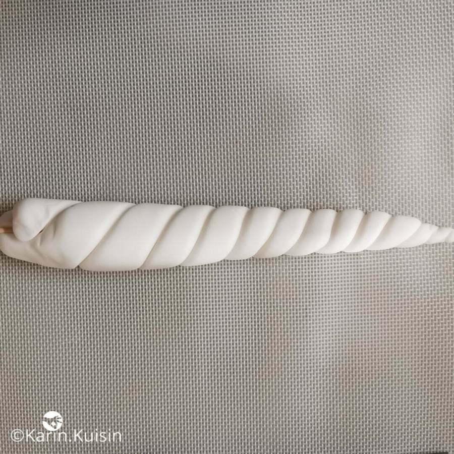 pâte à sucre corne rouler