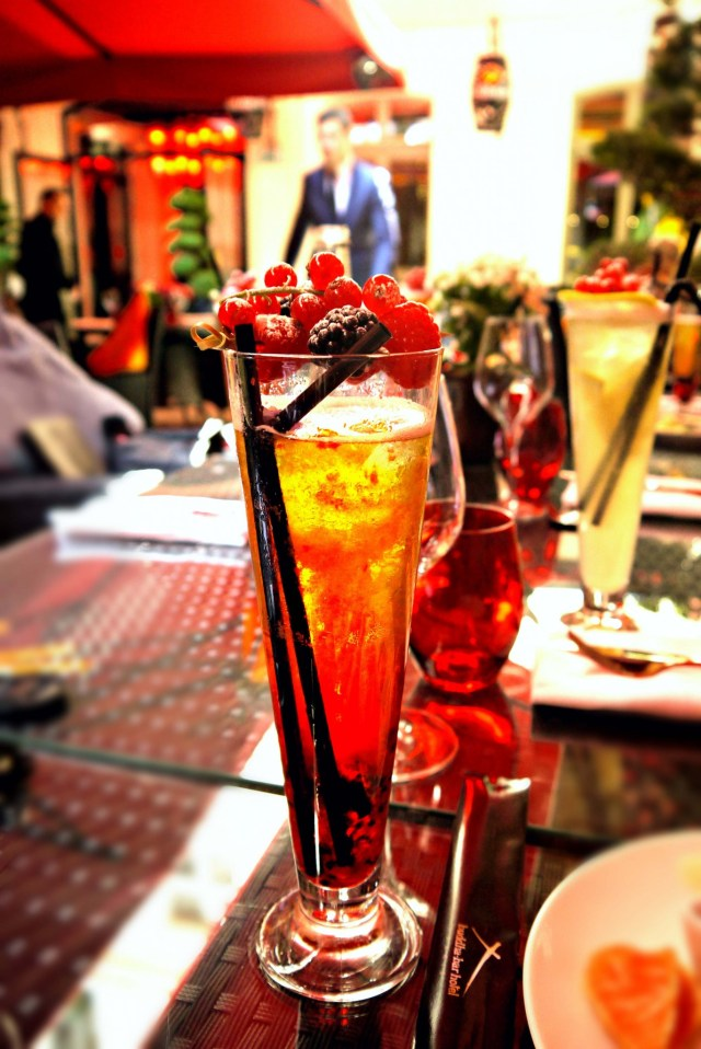 Ice tea avec des fruits rouges.