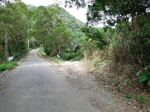 登山口手前から未舗装路に入ります