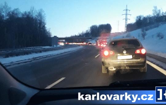 Kolona vozidel na dálnici D6 ze směro od Sokolova do Karlových Varů