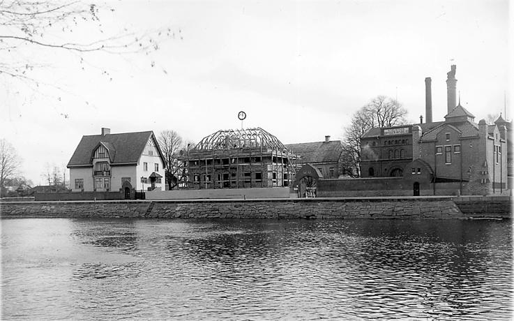 Karlstads bryggeri. Sandgrundsgatan är anlagd och bryggeriet är tillbyggt.