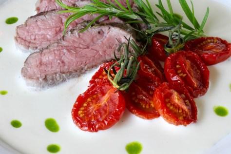 Lammrostbiff med chevresås och rostade tomater