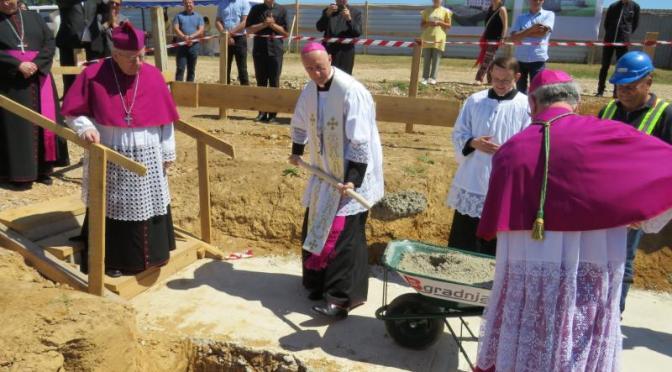 Blagoslov temelja novog samostana sestara karmelićanki u Gospiću