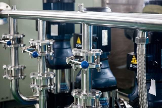 Jak zautomatyzować biznes: https://www.pexels.com/photo/steel-new-modern-pipes-of-factory-4440227/