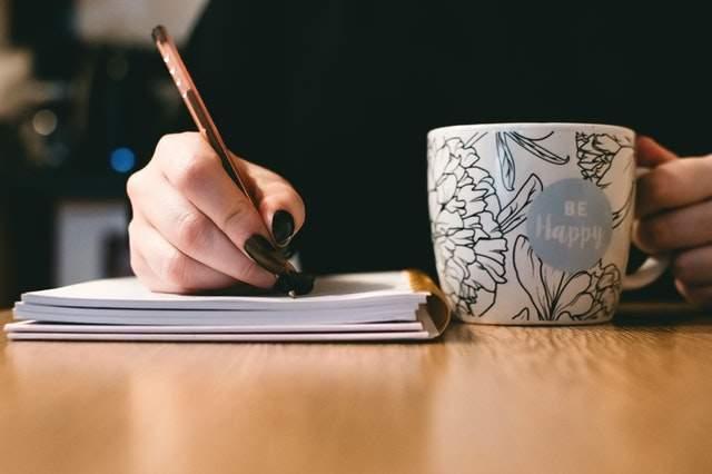 Jak pisać więcej: https://www.pexels.com/photo/person-holding-white-ceramci-be-happy-painted-mug-851213/