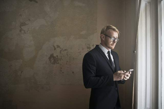 Dług techniczny: https://www.pexels.com/photo/calm-young-businessman-using-smartphone-in-shabby-room-3772614/