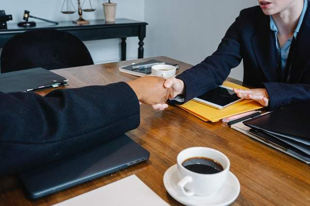 Negocjacje są proste: https://www.pexels.com/photo/diverse-anonymous-colleagues-shaking-hands-at-table-with-coffee-and-folders-5673475/