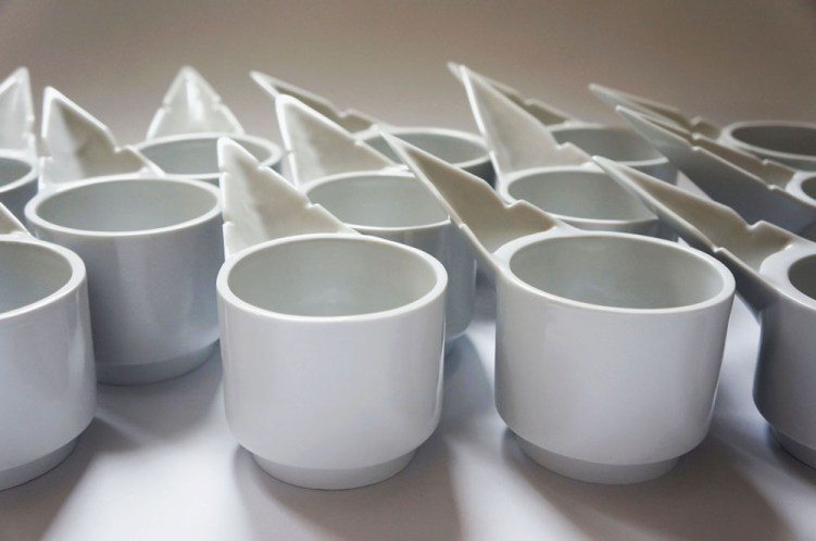 The vessel can be arranged in high compositions, as a main hub on a table for representative buffets and it can be used at casual parties as well. Placing vessels separately, as a random composition, can be read as a ceramic meadow.