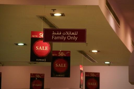 Dieses Geschäft (in einem Einkaufszentrum) darf nicht von einzelnen Männern betreten werden