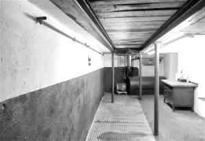 Blick in die Oldtimer-Werkstatt: Karosserie Garage, Bad Saulgau Werkstattgrube und Ölkeller