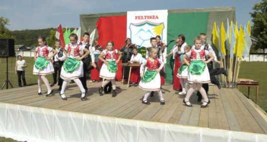 A técsői Nereszen Tánccsoport viski csárdást táncol