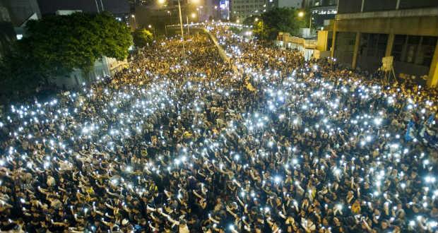 Több ezer tüntető Hongkongban