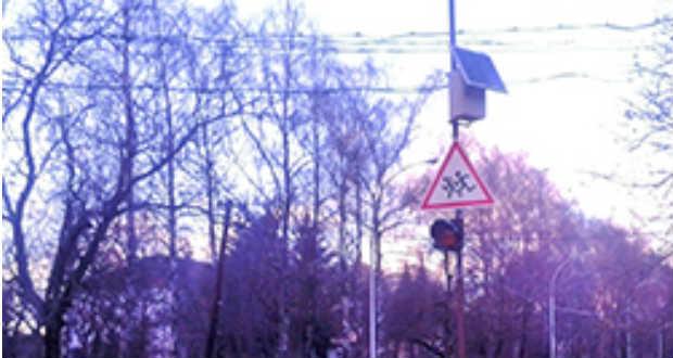 Napelemes közlekedési tábla Beregszászban