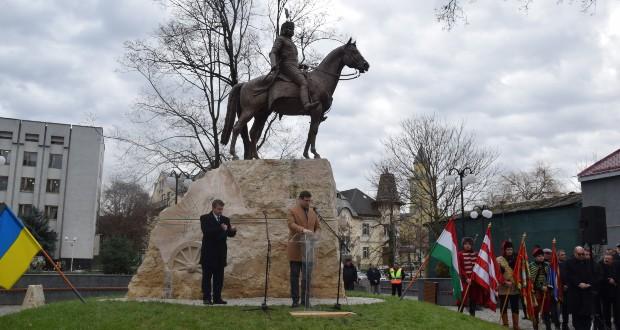 """""""Isten az igaz ügyet nem hagyja el"""" – Átadták II. Rákóczi Ferenc lovasszobrát Beregszászban"""