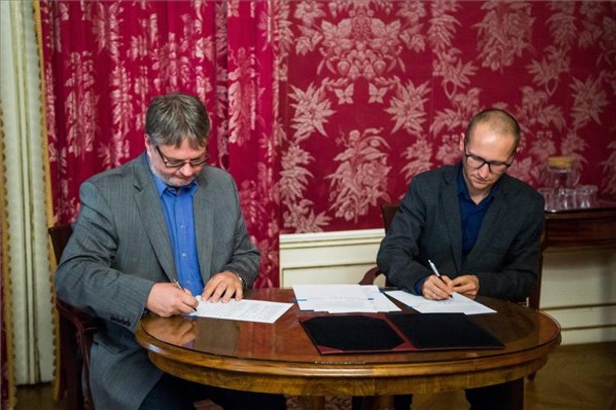 Szabó Csaba, a Magyar Nemzeti Levéltár főigazgatója (b) és Demeter Szilárd, a Petőfi Irodalmi Múzeum főigazgatója