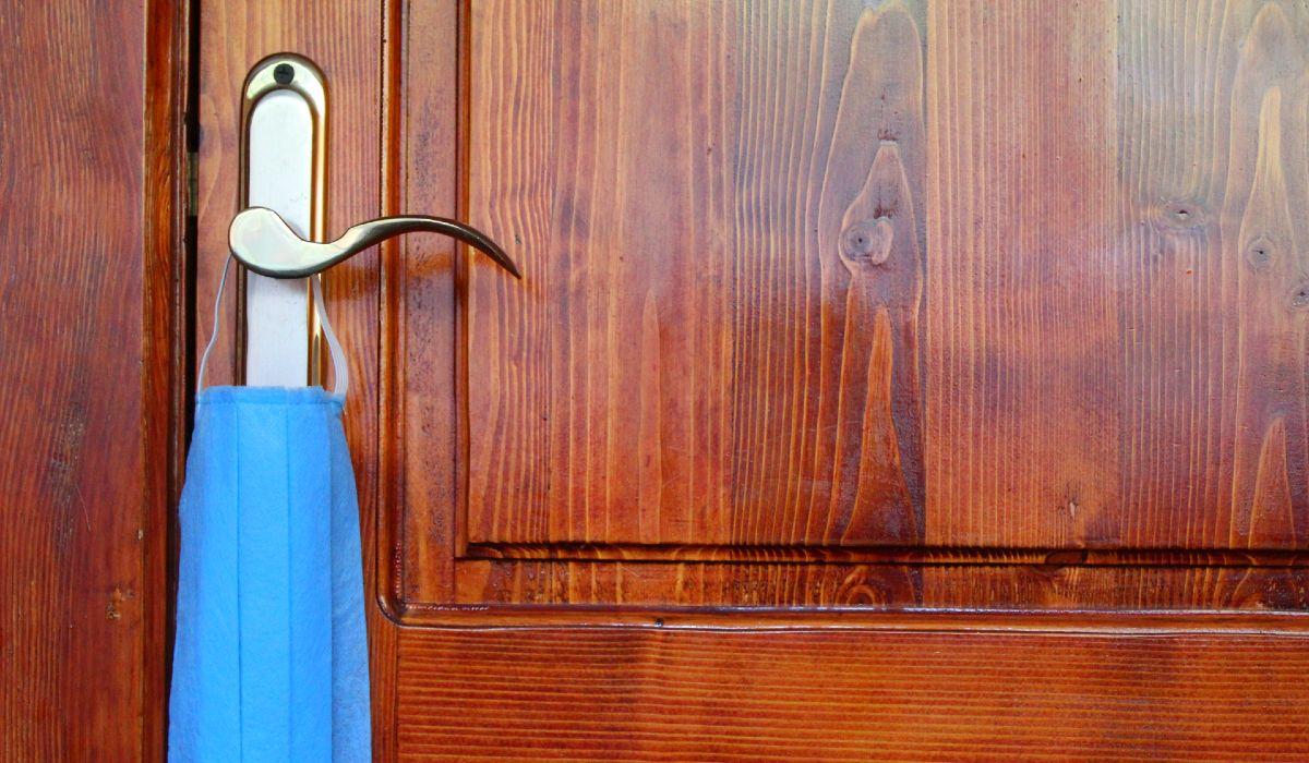 ajtó kilincs maszk koronavírus
