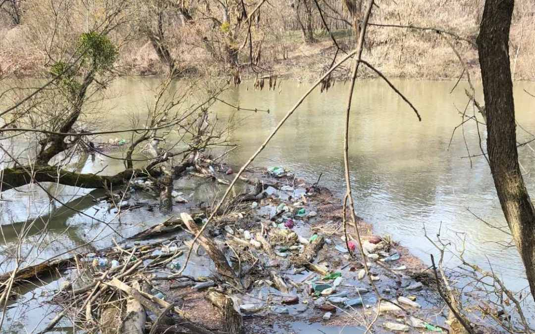 Sokszínűen hasznosítják újra a Tiszán úszó PET palackokat