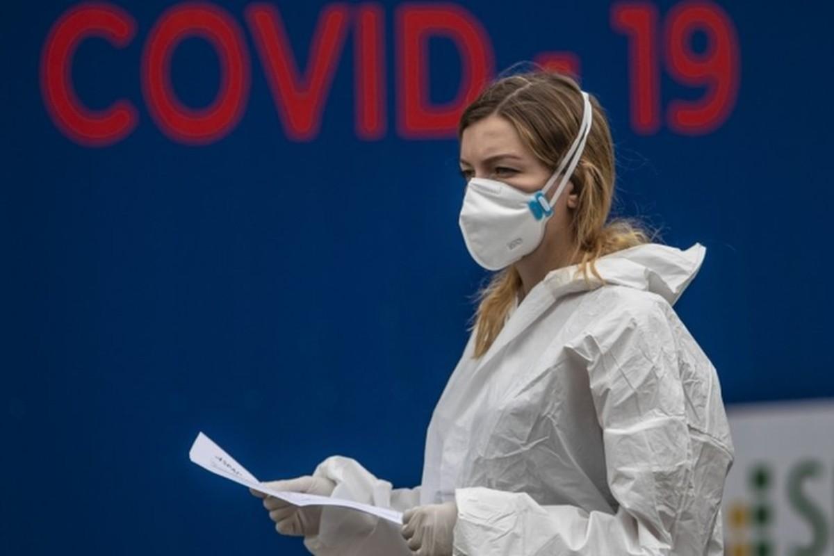 koornavírus nő szájmaszkban