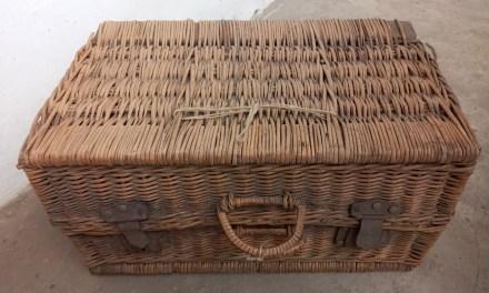 Régi tárgyak: a vesszőből font bőrönd