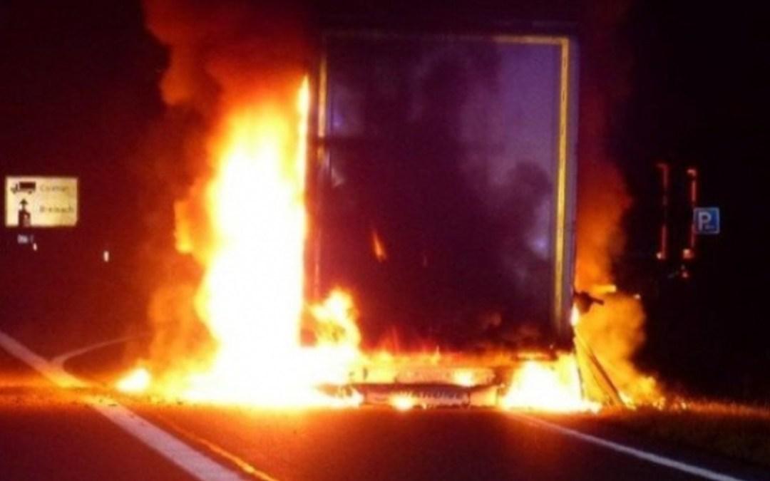Kigyulladt egy teherautó Ungváron