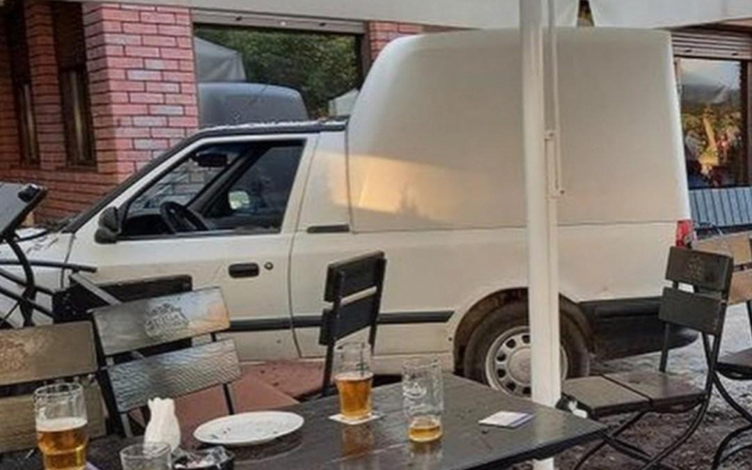 Pizzéria teraszára hajtott egy autó Ungváron