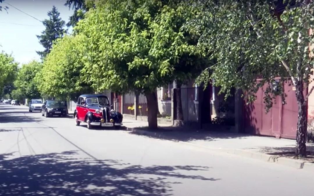 Kárpátalja ma: egyedülálló, retró autó közlekedik Beregszász utcáin