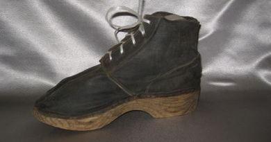 Ботинок мужской на деревянной подошве