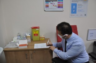 Sağlık çalışanlarına aşılar yapılmaya başladı