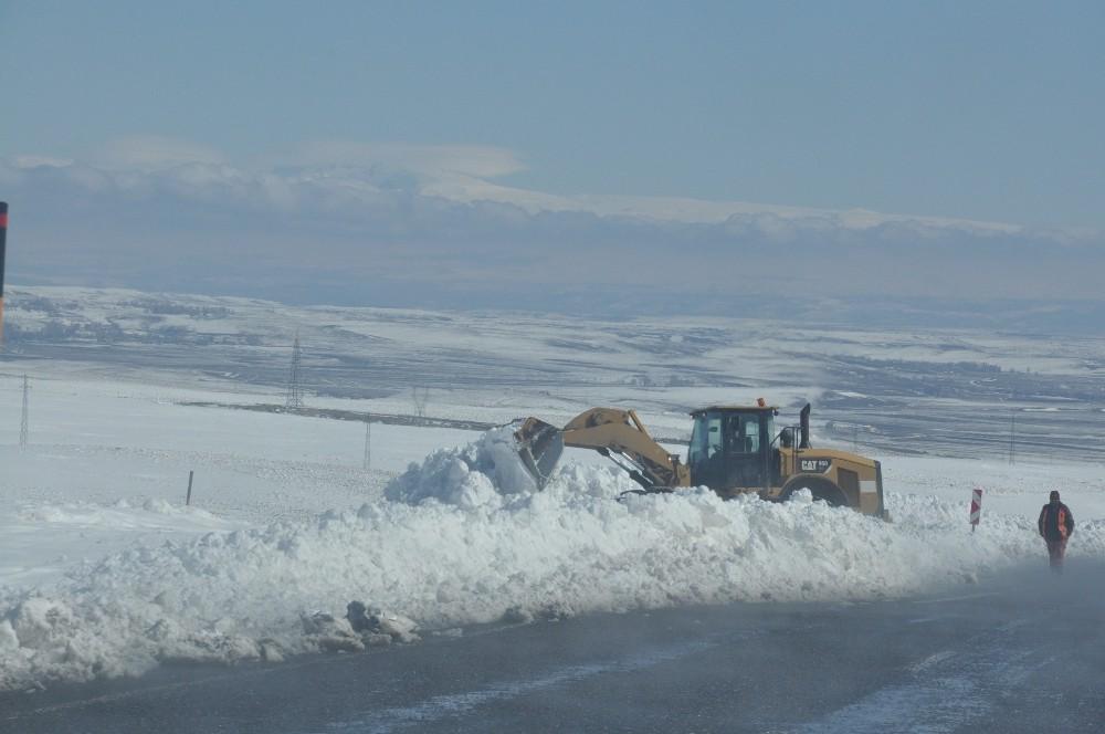 Karayolları Kars-Çıldır yolunda kar temizlemesi yapıyor