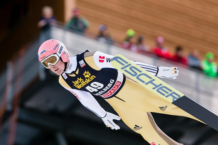 Skispringer Severin Freund, Deutschland, beim FIS Skispringen Weltcup in Engelberg / Schweiz fliegt an den Schiedsrichter im Adlerhorst vorbei