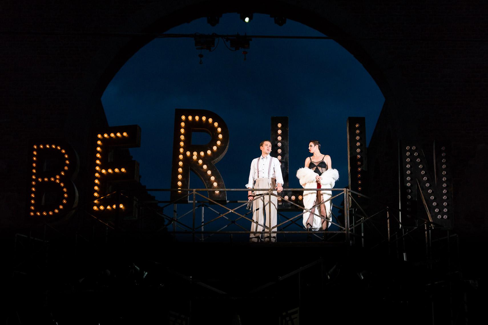 """Rasmus Borkowski (Schriftsteller Cliff Bradshaw) und Bettina Mönch (Nachtclub-Sängerin Sally Bowles) auf dem Dach, """"Cabaret"""", 65. Bad Hersfelder Festspiele"""