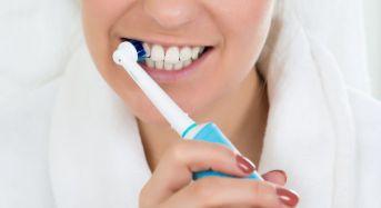 Ηλεκτρική οδοντόβουρτσα: Ποιοι οι πιθανοί κίνδυνοι από τη λάθος χρήση
