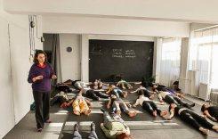 ΚοινΣΕπ – Feldenkrais: Τι είναι και πώς βοηθάει τους ανθρώπους να ξεπεράσουν χρόνιους πόνους