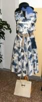 Moda del tempo libero anni 50 / 60 - abito fantasia toni azzurro e bleu con accessori