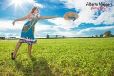 ragazze di campagna- abito bluette fantasia con grembiule celeste fantasia fiori