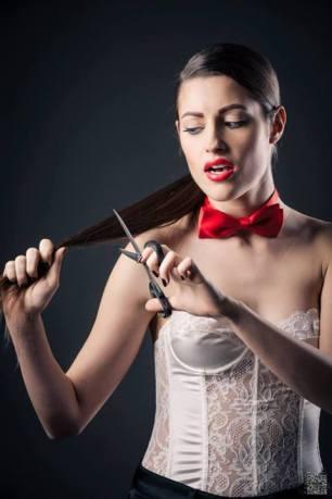 androgina-moda mascolina-panta raso nero e corpetto pizzo bianco con papillon 05- la camelia collezioni