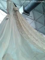 abito da sposa in seta pura con velo mantiglia in pizzo chantilly - la camelia collezioni