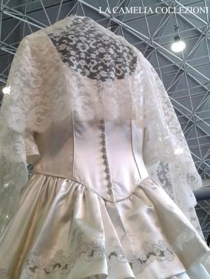 velo da sposa in pizzo chantilly su abito in raso di seta rebrodè ad intaglio con perline e coda strascico a balze - la camelia collezioni