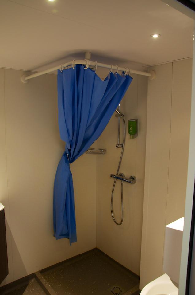 Mała łazienka kryje wsobie prysznic, umywalkę.