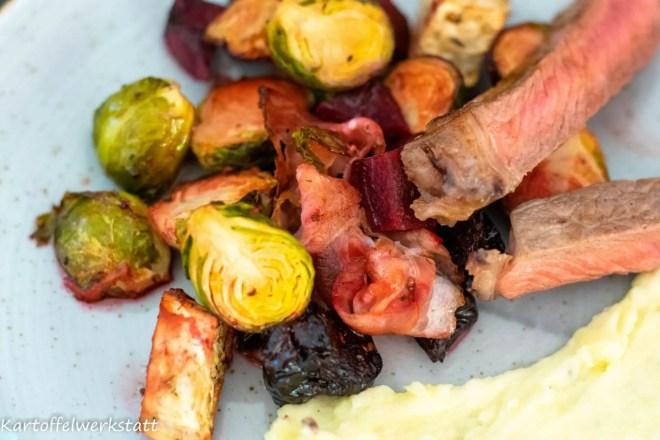 Rindersteak aufgeschnitten, medium gebraten mit Winterofengemüse und Kartoffelpüree