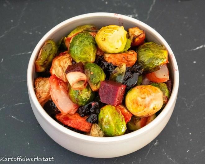 Winterofengemüse aus Rosenkohl, Sellerie, Rote Beete, Backpflaumen und Speck das Rezept gibt es auf Kartoffelwerkstatt.de
