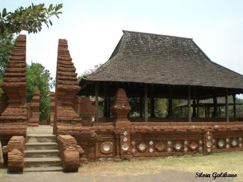 Rumah adat kasepuh rumah adat jawa yangselanjutnya adalah rumah adat kasupuh yang berasal dari provinsi jawa barat. rumah adat kasepuh didirikan petama kali pada tahun 1529 oleh seorang pangeran yang bernama Cakrabuana. pada umumnya rumah ini disebut dengan rumah keraton oleh masyarakat jawa barat. rumah keraton ini adalah penyempurna dari rumah yang sebelumnya dibuat yaitu keraton pakungwati. rumah adat ini adalah salah satu peninggalan dari kerajaan islam yang berada di jawa barat khususnya Cirebon. hebatnya rumah kasepuh masih ada, dan masih terawatt dan juga terpelihara hingga saat ini. rumah kasepuh terdiri dari beberapa bagian, yang setiap bagian pada rumah ini memiliki nama dan fungsi yang berbeda. langsung saja saya akan menjelaskan tentang bagia-bagian rumah kasepuh atas pengetahuan saya. bagian-bagian rumah kasepuh yang ada di kota Cirebon antara lain.