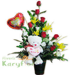 Arreglo floral elaborado en base de cerámica, contiene 7 rosas importadas