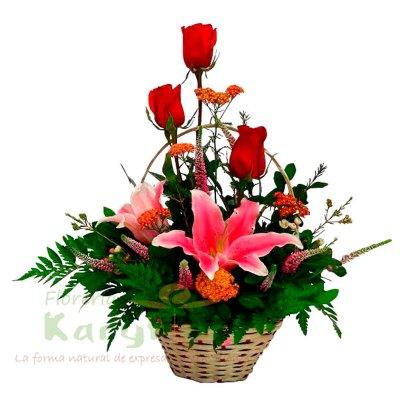 Canasta de minbre, contiene 3 rosas, lilium(rosado, amarillo y anaranjado), verónicas y vairedad de flores, incluye tarjeta de dedicatoria. Pueden adicionar chocolates y más, ingresando a la opción REGALOS en la parte superior de la Pág. web