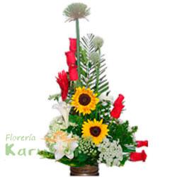 Arreglos floral elaborado en base de cerámica rústica, contiene 7 rosas importadas, 2 girasoles, azucenas, flor copa de nieve, flor de cebolla, ginger, fino follaje. Incluye tarjeta de dedicatoria.