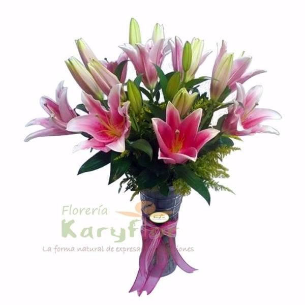 Florero de vidrio con 10 Liliums, decoración de flores y moño en cinta organza, tenemos varios colores, consulte en tienda. Pueden adicionar Chocolates y más, ingresando a la opción REGALOS en la parte superior de la Pág. web