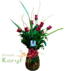 Arreglo elaborado en florero de vidrio con una docena de rosas importadas, fino follaje. Incluye tarjeta de dedicatoria y lazo en organza. Pueden agregar chocolates y globos ingresando a la opción regalos... arriba en la web